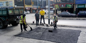 SUPP PCB Chief Wilfred Yap with MPP road maintenance staff during the resurfacing works at Kota Sentosa Commercial Area