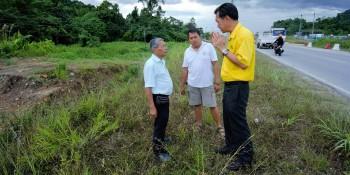 砂拉越人民联合党公共投诉局主任叶耀星在晋连路14哩与受影响地主商讨解决方案。