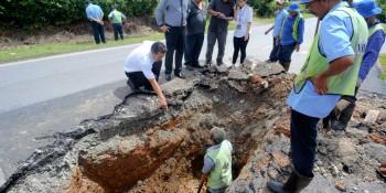 砂拉越人民联合党公共投诉局主任叶耀星与南市市议员吴芝辉及南市工程部官员在施工现场商讨解决方案。
