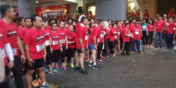 Dr. Sim flagging off the run