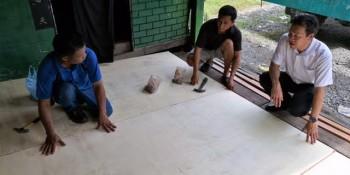 砂拉越人民联合党公共投诉局主任叶耀星在八点地视察该房屋的维修工程。