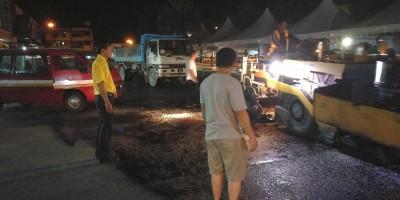 砂拉越人民联合党公共投诉局主任叶耀星在圣淘沙商业中心视察道路重铺工程。
