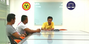 SUPP PCB Chief Wilfred Yap in discussion with the 3 individuals seeking his assistance after they were dismissed