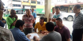 SUPP PCB Chief, Wilfred Yap at the Kota Sentosa commercial area in discussion with the complainants, contractor and officers from Padawan Municipal Council and photos before and after rectification