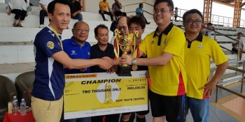 Tan Kai (2nd from right) handed the trophy and award to Fox Marina, accompanied by the organizing chairman, Councillor Goh Tze Hui (1st from right).