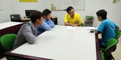 人联党公共投诉局主任叶耀星聆听该名学生讲述事情经过。