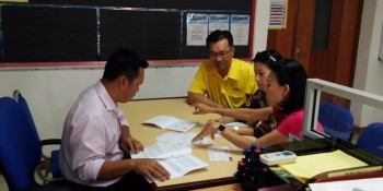 SUPP PCB Chief, Wilfred Yap with two individuals seeking advice from the officer in charge at Kuching Consumer Tribunal premises at Jalan Tun Jugah, Kuching