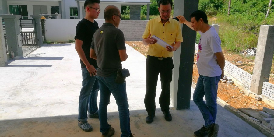 Wilfred Yap with a few dissatisfied purchasers  seeking assistance and advice regarding their rights as  house buyers at a housing project at Jalan Datuk Stephen Yong, Kuching