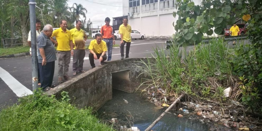 SUPP PCB Chief cum Kota Sentosa Branch Chairman, Wilfred Yap together with SUPP members inspecting blocked drains at Stampin Resettlement Scheme.