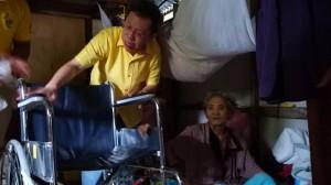 沈桂贤移交轮椅给行动不便者。