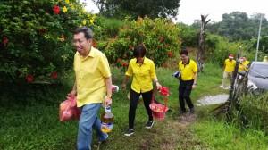 沈桂贤率领服务中心人员,亲自将赠品送到受惠者手中。