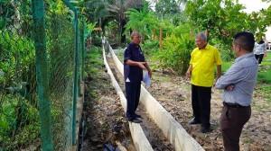 砂人联党卑尔骚区州议员拿督陈超耀律师今早前往美里Pulau Melayu国小巡视当地的排水通道提升工程。    他是在美里市政局工程师及社区领袖陪同下进行巡视,该工程是2018年乡区转型计划下落实。过去,该地底下的排水通道很小,经过提升后,它变得更宽,可以将水排出两侧通道。    陈超耀对工程表示满意,因它可解决学校经常面对的水灾问题。他希望学校周围住宅区的排水通道也可以获得提升。    他指出,一些居民申诉工程完成后,会出现积水问题。他已经指示美里市政局工程师关注此事,找出解决方案。