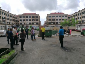 Wilfred Yap together with staff of Padawan Municipal Council and Trienekens at one of the unsightly and smelly rubbish dumping site at MJC Batu Kawah New Township