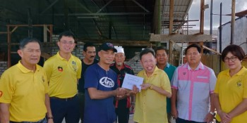 Dr. Sim handed over the donation to the victims