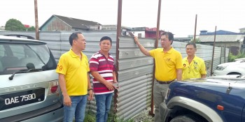 Yap with SUPP members at a site at 7th Mile where construction works of a structure without approval  is alleged to be carried out.