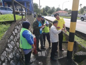 Wilfred Yap together with MPP staff carrying out improvement and maintenance works at 7th Mile Bazaar