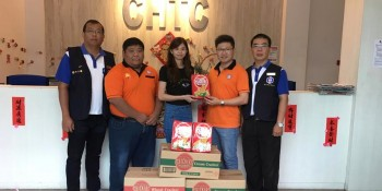 Choon Hua Trading Co. representative (middle) handover the donation to Hakka Youth Chief Enson Liew (right 2), witness by Federation Youth Welfare Officer Jong Lih Khing (right 1), Federation Youth Deputy President Chen Fong Hoo (left 1) and Hakka Welfare Officer Chong Teck Miaw (left 2).
