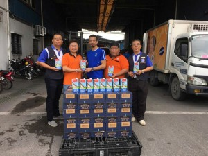 Supreme Food Supply (M) Sdn. Bhd. representative Brandon Wee (middle) handover the donation to Hakka Youth Chief Enson Liew (left 2), witness by Federation Youth Welfare Officer Jong Lih Khing (right 1), Federation Youth Deputy President Chen Fong Hoo (left 1) and Hakka Welfare Officer Chong Teck Miaw (right 2).