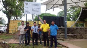 Yap , PMC Engineer Mohd Hazwan and representive of the contractor  at the simple ceremony for erecting sign board notifying the public of upgrading works through extension of roof canopy at 7th Mile Town Square.