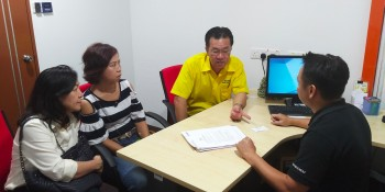 Yap with Kapitan Kho and the women fast food seller in discussion with an officer of  Companies Commission of Malaysia.