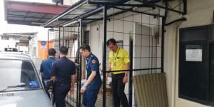 砂拉越人民联合党公共投诉局主任叶耀星偕同巴达旺市议会执法人员前往7哩圣淘沙商业中心视察非法扩建店屋的投诉。