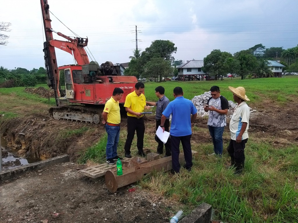 Yap with SUPP 7th Mile Sub Branch members, Officers from MPP and the contractor at the site of the  T junction at Lorong 3, Jalan Stakan.
