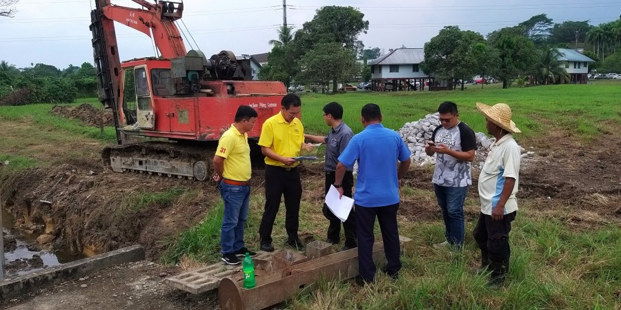 Yap with SUPP 7thMile Sub Branch members, Officers from MPP and the contractor at the site of the T junction at Lorong 3, Jalan Stakan.