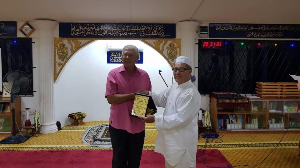 Tuan Hj Jamal Pengerusi Surau present a token of appreciation to Datuk Sebastian.