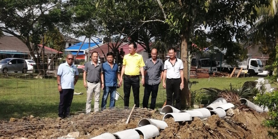 Yap together with MPP officer and other SUPP members inspecting the improvement and upgrading works of drains at Taman Mei Lee situate at Lorong 6, Jalan Stakan, Kota Sentosa.