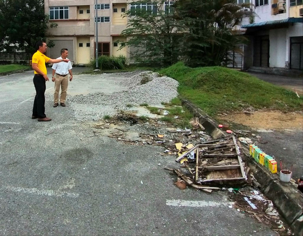 Yap with an officer from Padawan Municipal Council to arrange for clearing of construction waste left behind on public car parks at Greenville Commercial Centre.