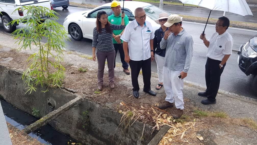 Mayor Yii checking the drains.