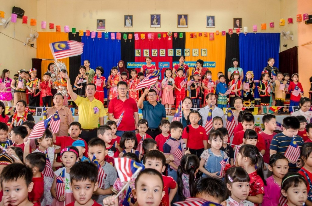 Yap celebrating Malaysia Day during a function at 7th Mile Chamber of Commerce Hall, Kota Sentosa.
