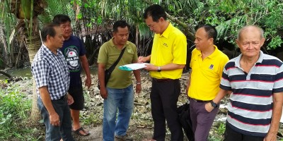 Yap and  Kapitan Chai Yong Liang together Sarawak Forestry Corporation Officers meeting residents at the site of the sighting of the crocodiles at Stampin Resettlement Scheme.