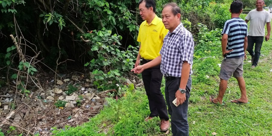 Yap together with SUPP members and residents inspecting the condition of a drain at Stampin Resettlement Scheme.