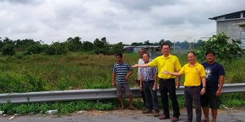 Yap together with SUPP members at the site of the approved access road connecting Stutong Baru to Jalan Sungai Tapang.