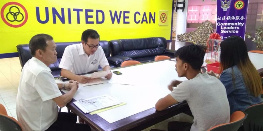 Wilfred Yap meeting the mechanic seeking advice and assistance at SUPP office.