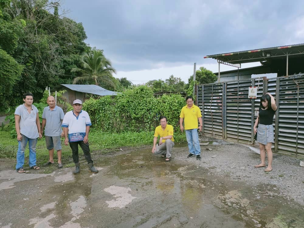 Yap, Kapitan Lee Tho Fung with residents at the site of the discharge of the smelly and foul water at Lorong 7, Jalan Sungai Tapang.
