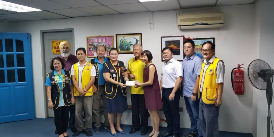 Ting witness the handing over if domation from Miri Mandarin Lion's club to Dr. Jong, 4th from right.