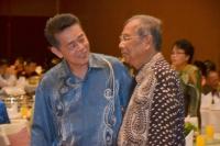 前泗里街国会议员陈冠勳与阿迪南寒暄。